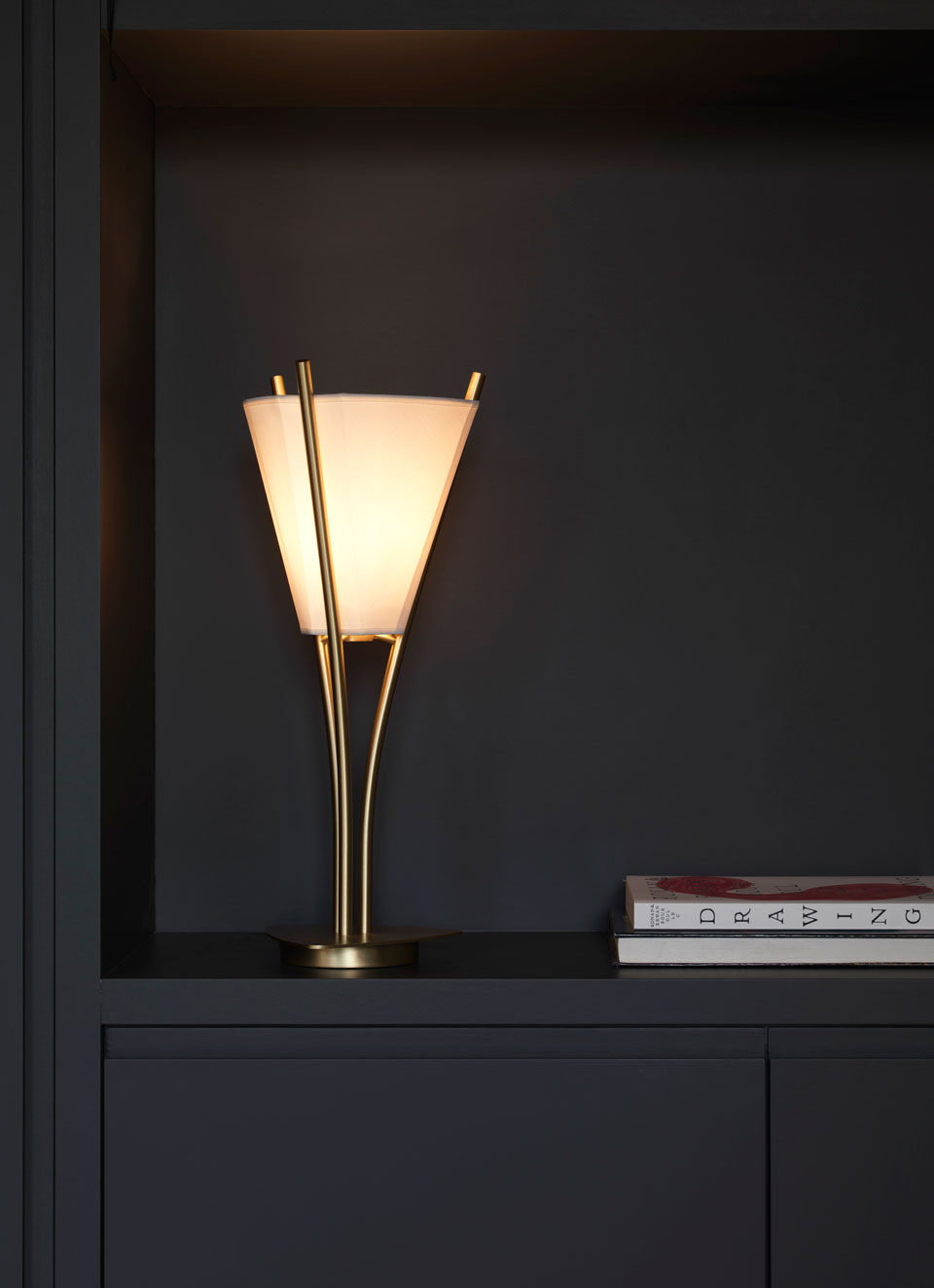 Curves design lamp, golden, thin brass rods, aerial, conical lampshade. CVL Luminaires.
