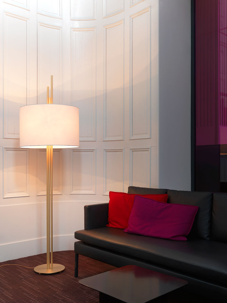 Upper lampadaire design, doré, en tube de laiton satiné, abat-jour blanc . CVL Luminaires.