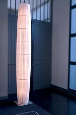 Colonne lampadaire en tissu plissé 280cm. Dix Heures Dix.
