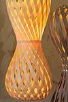 Swing suspension en forme de sablier arrondi lattes de bois d'érable hauteur 70cm. Dreizehngrad 13°.