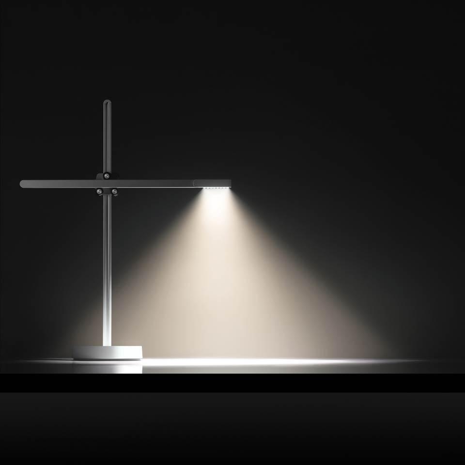 CSYS lampe de bureau architecte LED en aluminium satiné et éléments en blanc. Jake Dyson.
