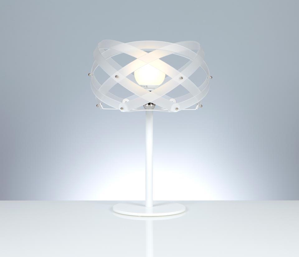 Nuclea lampe à poser blanche et pied en métal laqué blanc . Emporium.