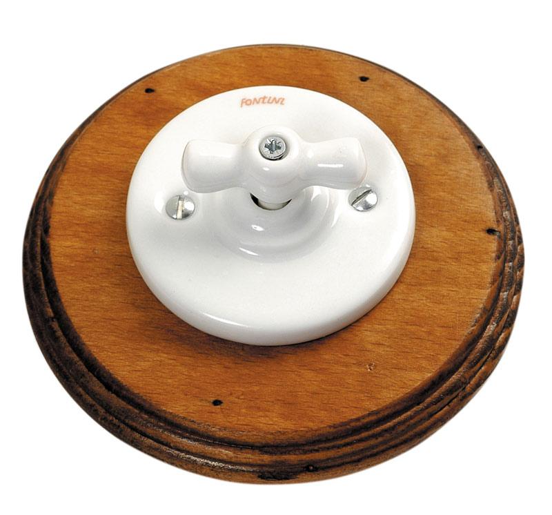 Garby Colonial interrupteur rotatif en porcelaine blanche et bois vieilli va et vient . Fontini.