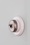 Interrupteur rétro en porcelaine et métal satiné, cadre en porcelaine blanche Dimbler. Fontini.