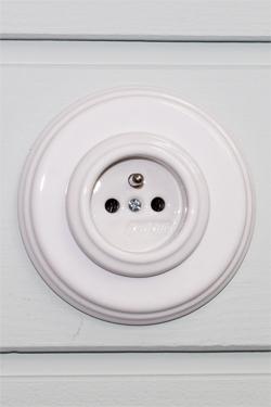 Prise électrique avec terre en porcelaine blanche Garby Colonial. Fontini.