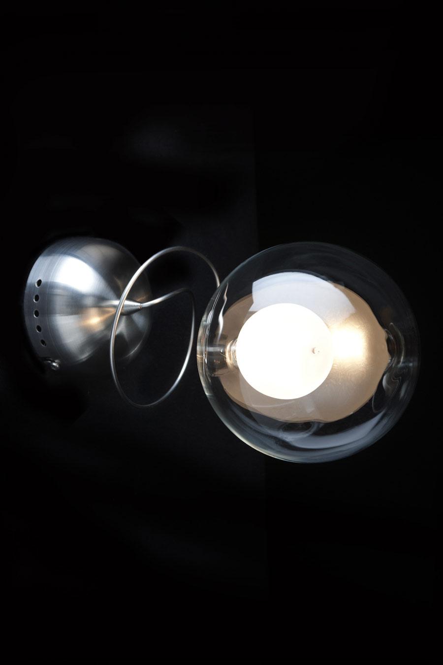 Riddle applique simple en verre transparent. Harco Loor.