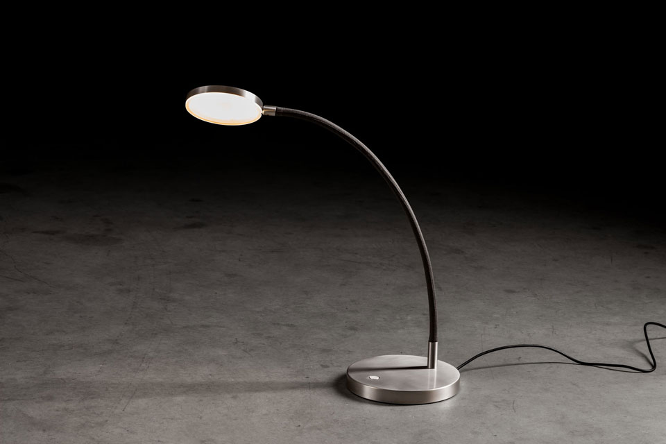 Lampe de bureau sur bras flexible en tissu noir. Holtkötter.