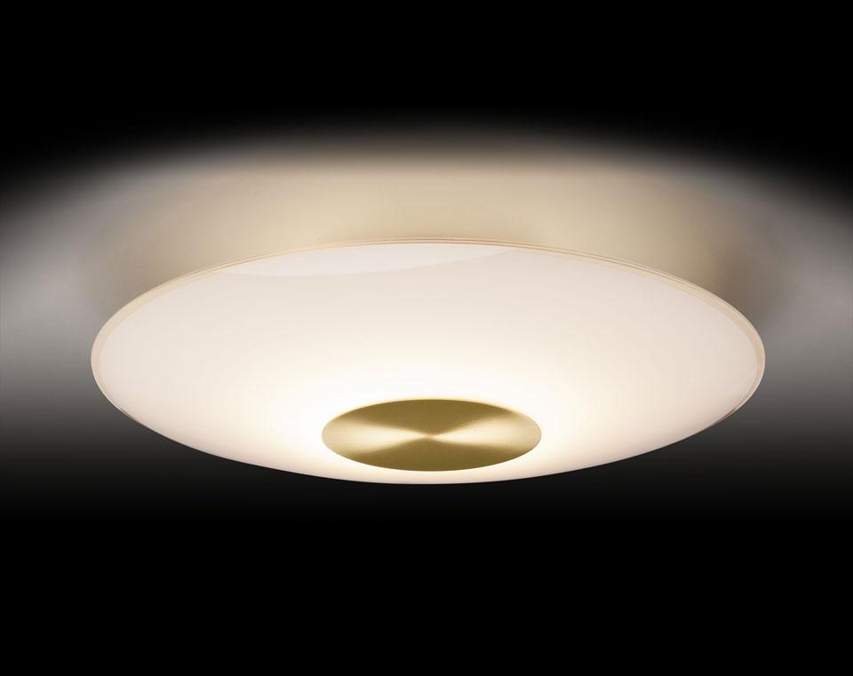 Plafonnier en verre opale et métal doré mat. Holtkötter.