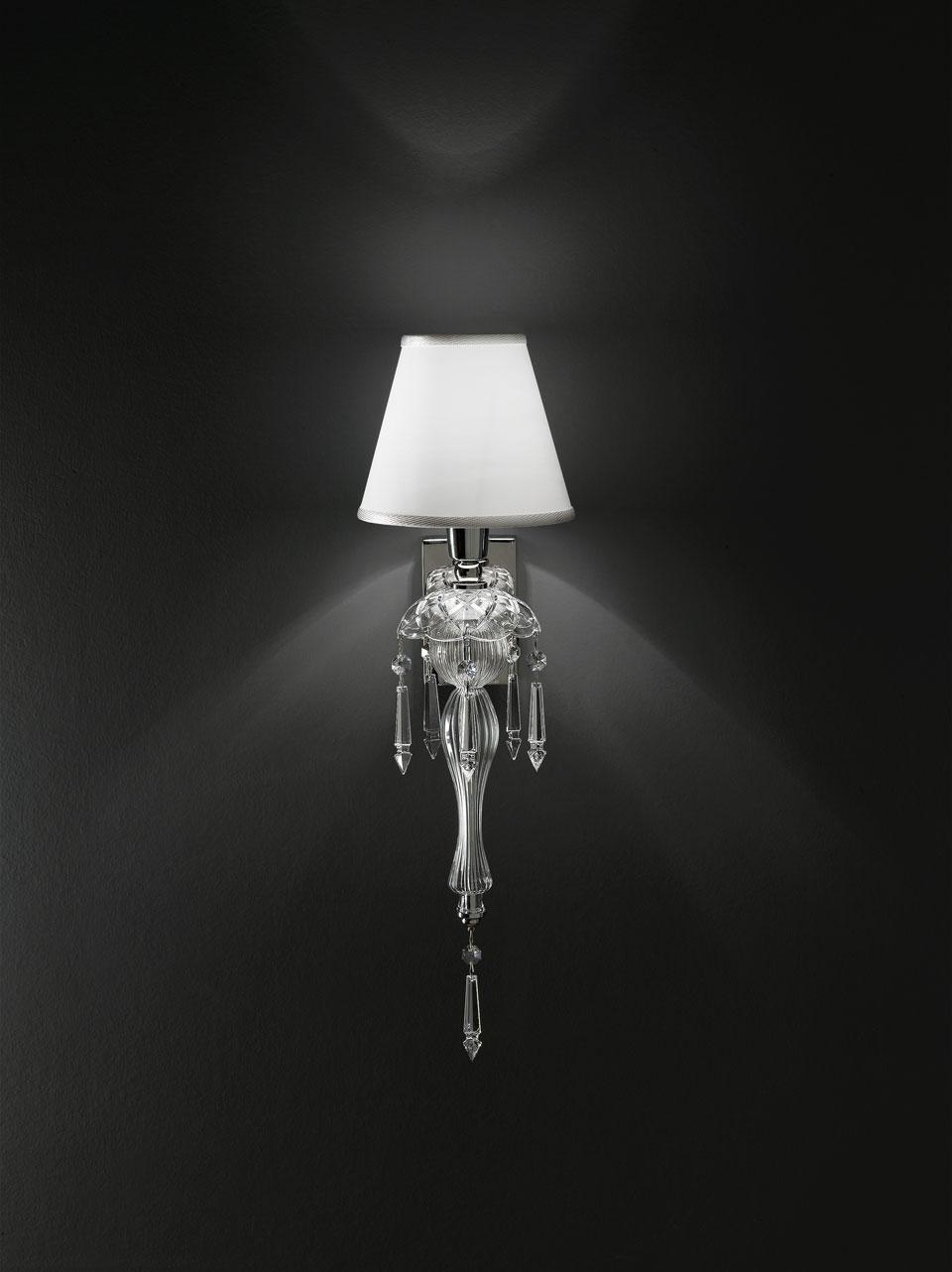 Applique en cristal sculpté transparent et abat-jour blanc. Italamp.