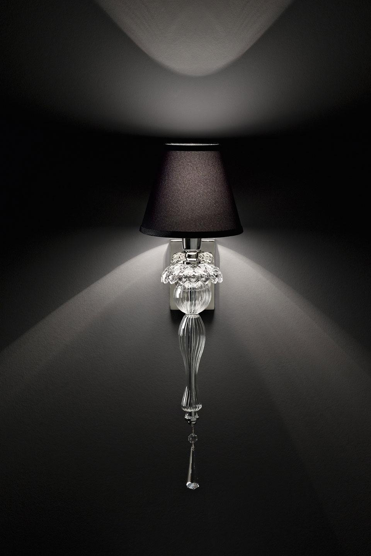 Applique en cristal sculpté transparent et abat-jour noir. Italamp.