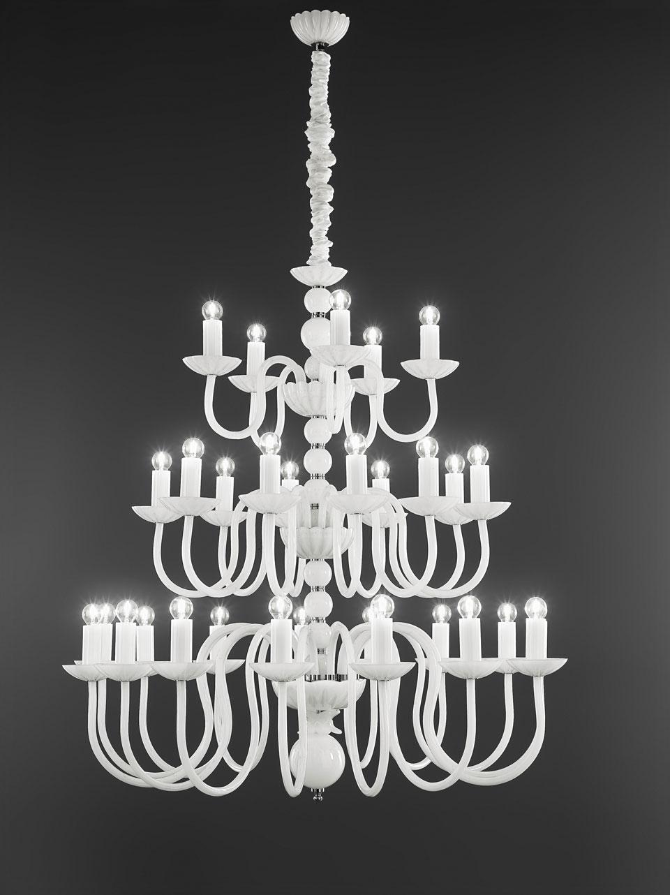 Grand lustre blanc à étages 30 lumières. Italamp.