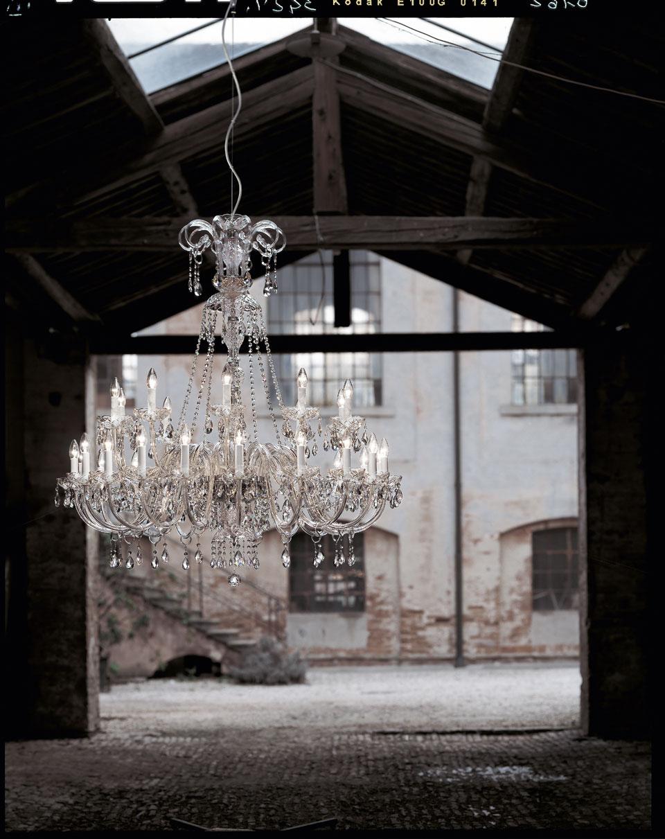 Grand lustre en cristal transparent et pampilles Swarovski. Italamp.