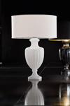 Lampe de table blanche en cristal sculpté et abat-jour cylindrique . Italamp.