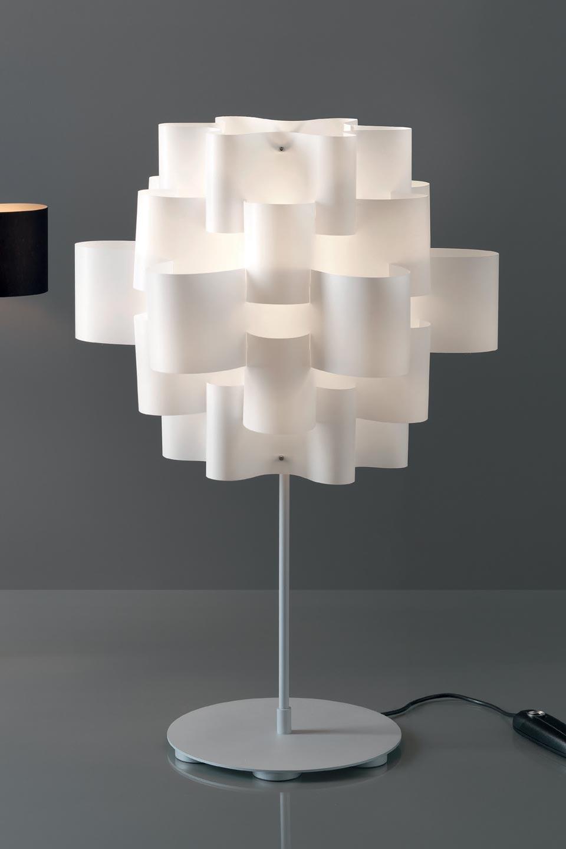 Lampe blanche en fleurs de tissu superposées Sun. Karboxx.