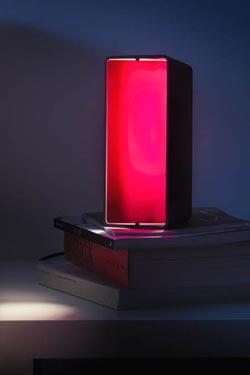 Lampe de chevet rectangulaire aluminum à volet Boxx - boîte noire et diffuseur rouge. Karboxx.