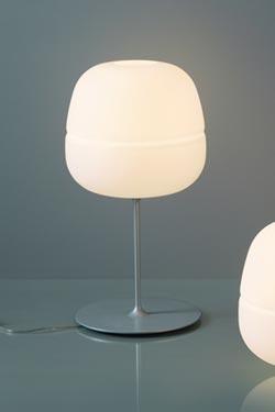 Lampe sur tige globe en verre dépoli blanc collection Afra. Karboxx.