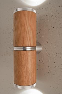 Athene applique double LED en bois et aluminium, de forme cylindrique. Less 'n' More.