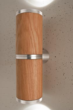 Athene applique double LED en bois et aluminium, de forme cylindrique. Less 'n' More.