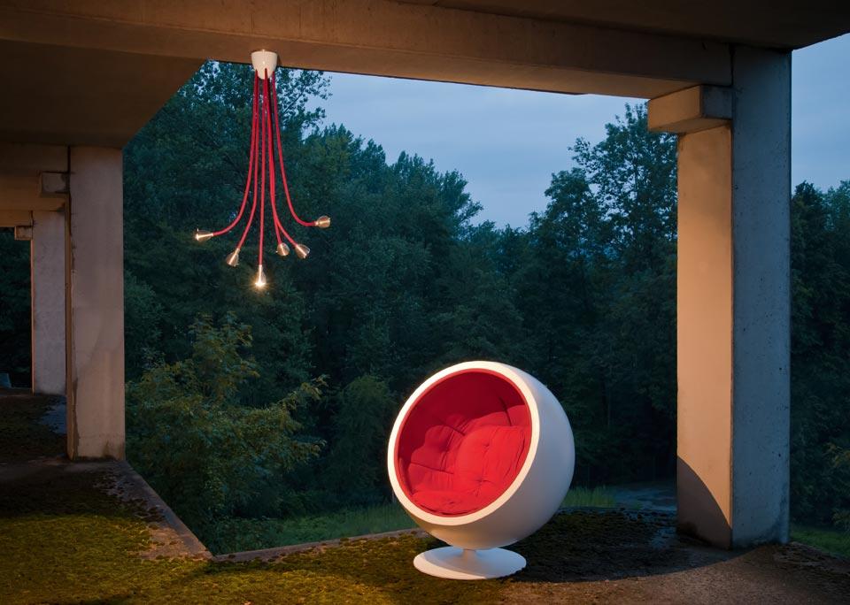 Athene Grande suspension LED 6 lumières sur flexible rouge. Less