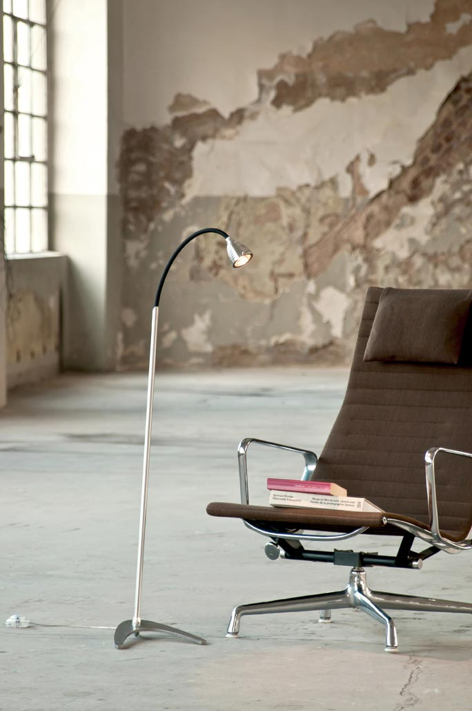 Athene lampadaire LED aluminium et flexible tissu noir. Less