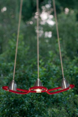 Athene suspension LED trois lumières en étoile sur flexible rouge. Less 'n' More.