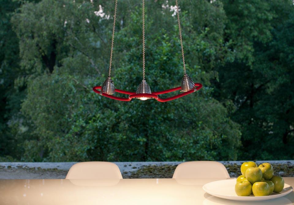 Athene suspension LED trois lumières en étoile sur flexible rouge. Less