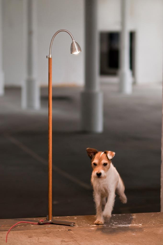 Athene Wood lampadaire LED en bois et aluminium fil rouge. Less