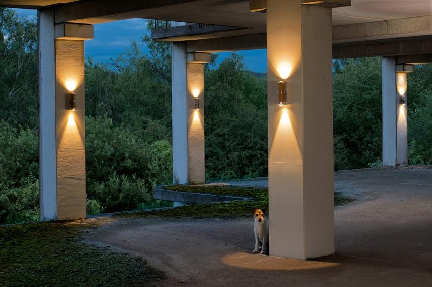 Athene applique double led en bois et aluminium de forme for Luminaire exterieur double