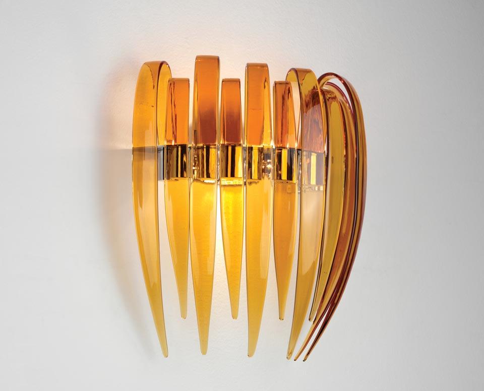Grande applique Dracena en verre ambré et structure chromée. Leucos.
