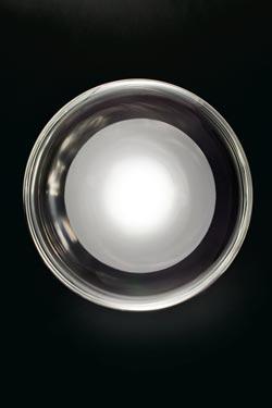 Grande applique Keyra grand modèle en verre soufflé cristal transparent et noyeau opale blanc. Leucos.
