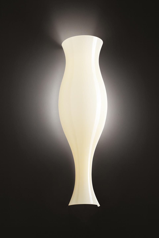 Applique Spring ivoire forme vase antique. Leucos.
