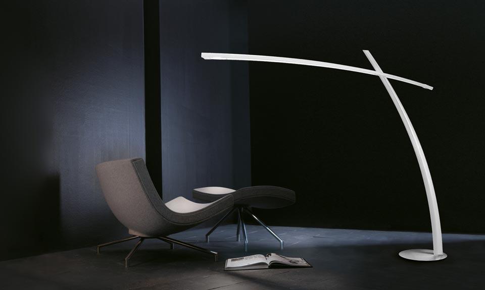 Grand lampadaire déporté en fibre de carbone laqué blanc. Leucos.