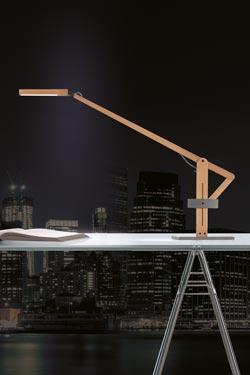 Lampe de bureau bois naturel et acier brut Leva. Leucos.