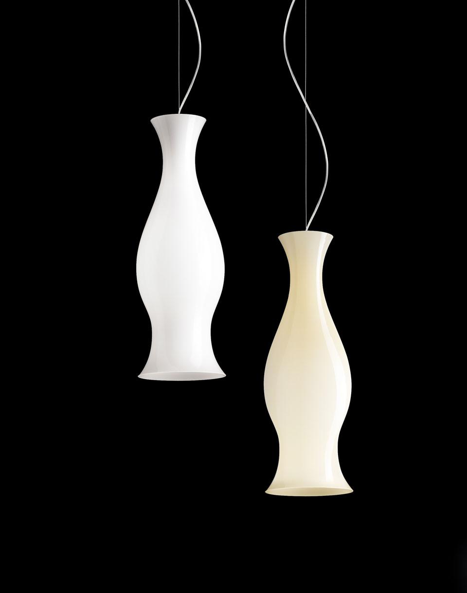 Suspension Spring blanche forme vase antique. Leucos.