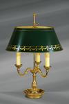 Lampe en bronze massif de style Louis XVI, trois lumières, avec abat-jour en bronze peint vert et doré. Lucien Gau.