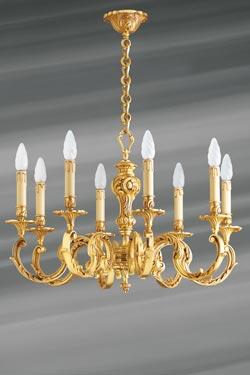 Lustre huit lumières Louis XV bronze vieil or feuilles et perles. Lucien Gau.