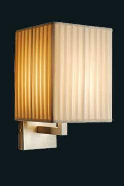 Applique inox satiné et abat-jour rectangulaire en satin de soie plissé ivoire Makassar. Luminara.