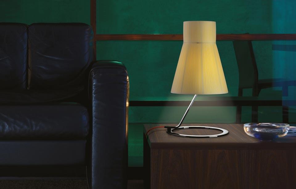 Grande lampe Audrey métal vernis noir et abat-jour soie plissée ivoire. Luminara.