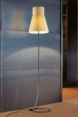 Lampadaire droit Audrey métal vernis noir et abat-jour soie plissée ivoire. Luminara.