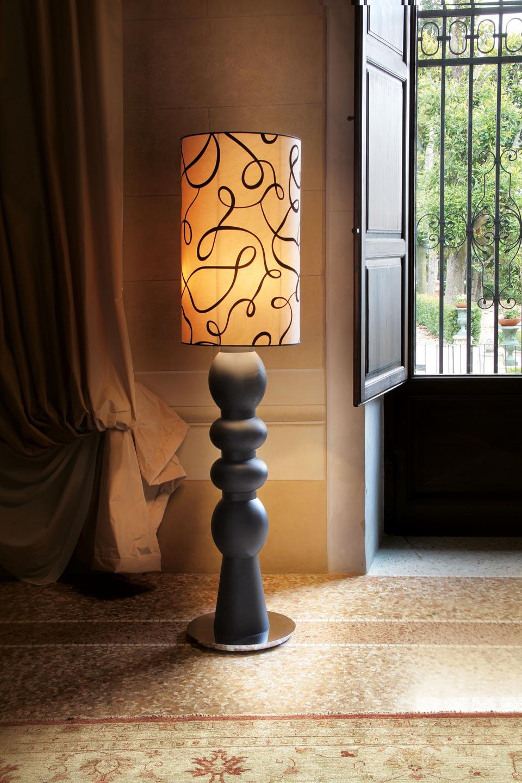 Lampadaire en chêne massif noir ébène et abat-jour en velours à motif Brio. Luminara.