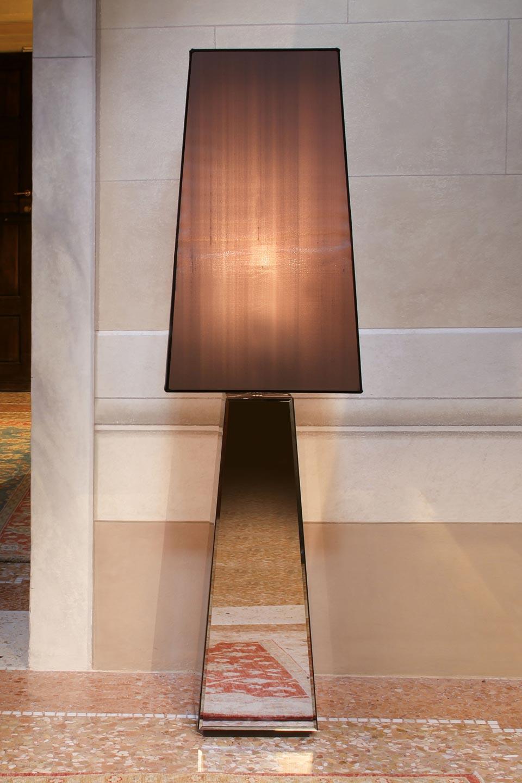 Lampadaire pyramide Narciso miroir biseauté et abat-jour taupe. Luminara.