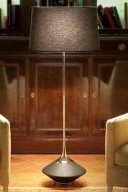 Lampadaire Vuvu Wood chêne teinté wengé foncé et abat-jour taupe 130cm. Luminara.