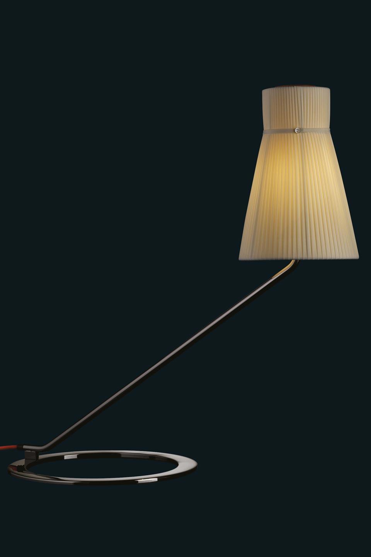 Lampe de bureau inclinée Audrey métal vernis noir et abat-jour soie plissée ivoire. Luminara.