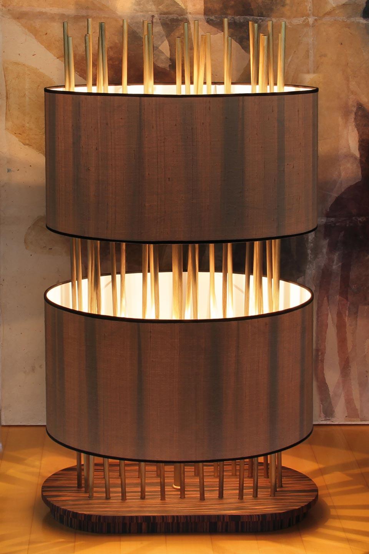 Lampadaire ovale Soho Oval en soie, bronze et palissandre. Luminara.