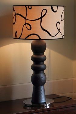 Lampe en chêne massif noir ébène et abat-jour en velours à motif Brio. Luminara.