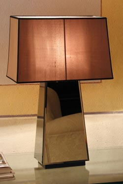 Lampe pyramide Narciso miroir biseauté et abat-jour taupe. Luminara.