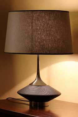 Lampe Vuvu Wood chêne teinté wengé foncé et abat-jour taupe. Luminara.