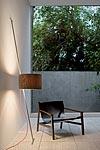 Lift lampadaire monte-et-baisse en bois et inox. Lumini.