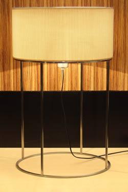 2098's T40 lampe de table en métal nickel satiné et tissu beige plissé. Luz Difusion.