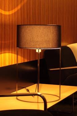 2098's T40 lampe de table en métal nickel satiné et tissu noir. Luz Difusion.